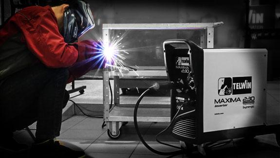 A Maxima 230 Synergic gép könnyen mozgatható és közel gurítható a munkaterülethez